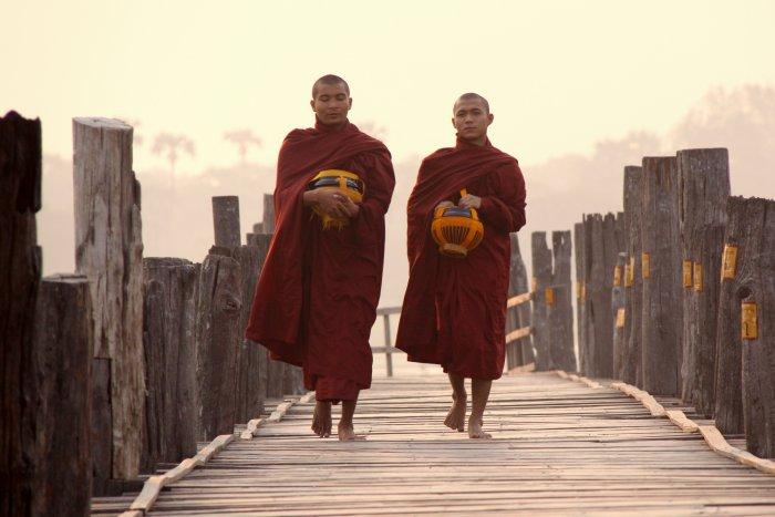 mniši na nejdelším týkovém mostě světa (Barma, Michal Čepek)