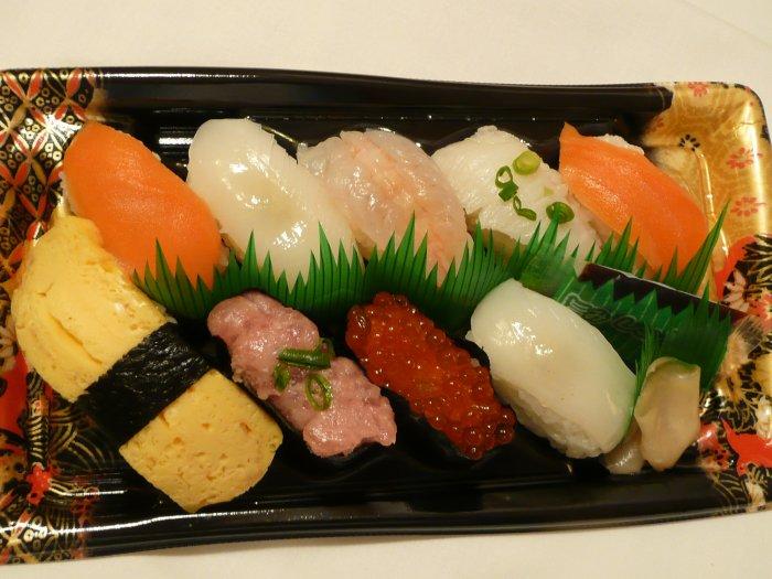 čerstvé sushi - losos, sépie, kreveta a jiné mořské dobroty (Japonsko, Mgr. Hana Dušáková)